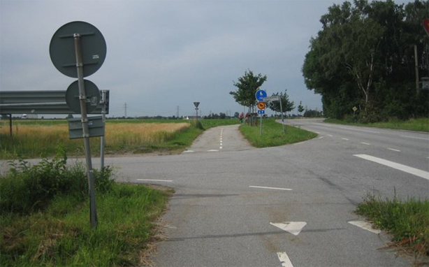 A crossing in the current route Malmö-:und forces cyclists to give way to even turning cars.