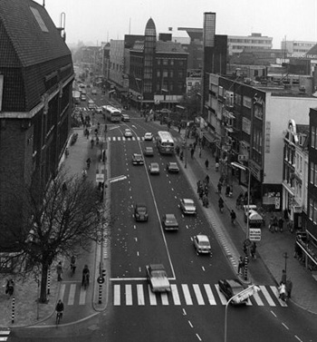 Potterstraat was one of the first streets in Utrecht to be widened. In this 1960s picture the 800 year old street has a four lane road, today no private motorised traffic is allowed here. The development of this street serves as an example in the video with this blog post.