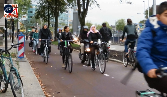 The cycle tracks leading to the junction are very wide, but there are also high numbers of people cycling.