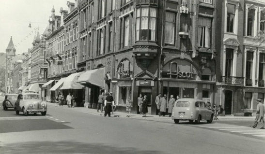 The corner of Nobelstraat and Lucasbolwerk in 1955. Motor traffic is free to drive in all directions.
