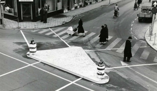 The same corner in 1958. The city had made the streets one way and that made it possible to experiment with a novel solution for the zebra crossings at this corner. The old zebra crossing still exists but the new solution is already lined out.