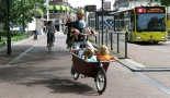 This man cycles with two bored boys in the box and one baby on his chest into the city centre of Utrecht. He could hardly be more relaxed.