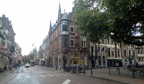 The corner of Nobelstraat and Lucasbolwerk in 2015. The street is mainly for buses and the turn has been made impossible. Where the zebra crossing was there is now a parking rack for bicycles.