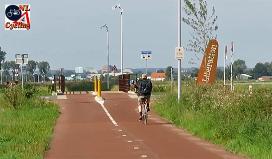 The cycle route near Elst. Clearly visible are the special lights that were designed specifically for this route.