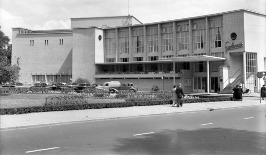 The Utrecht City Theatre (Stadsschouwburg) in 1942 shortly after it was opened. The street is very simple.