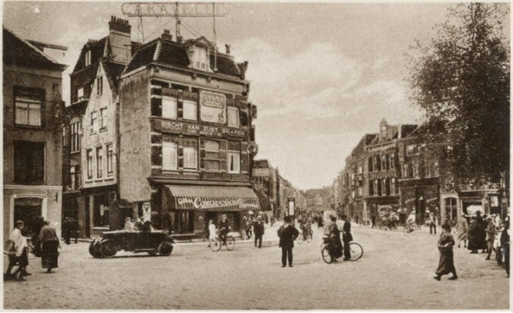 Neude in 1915. A hundred years have past and the streets today look again like they were once intended to be used: by people.