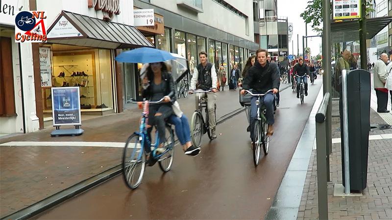 Ciclistas pedalando na chuva em Utrecht, na Holanda