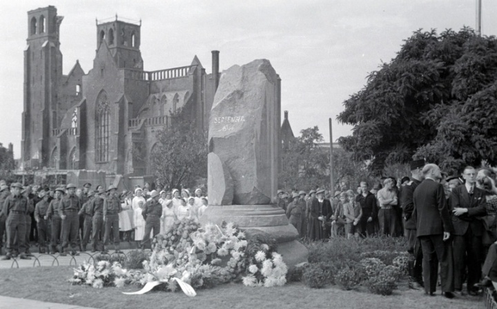The first memorial on 17th September 1945 with the unveiled column on - what would later be called - Airborneplein.