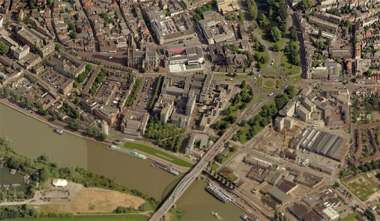 Airborneplein today. In the forground the river Rhine and the John Frost brug. The upper left corner still has the original mediaeval street pattern. The rest of the city has been reconstructed entirely after World War II. (Picture Bing Maps)