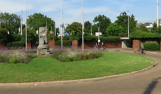 Airborneplein with the war monument in 2015.