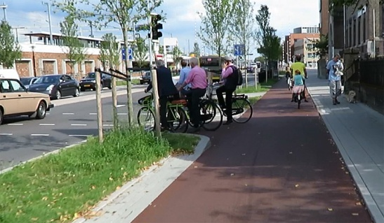 Vondellaan in 2015 people turning left wait for the traffic light. No need to wait for the signal if you go straight on here.