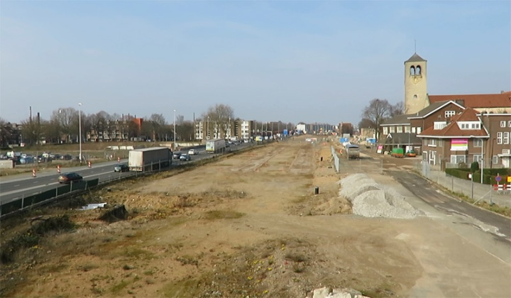 At the location of the former motorway A2 there is now nothing on top of the new tunnel. The temporary road is on the left. This area will be completely redeveloped from December 2016 when motor traffic will start using the tunnel.
