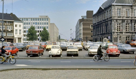Maastricht, Markt around 1970. The square in front of town hall (right) was used as a parking lot. Straight ahead a street with brutalist buildings.