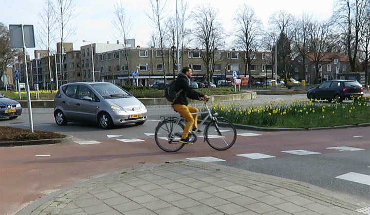 A new roundabout in Utrecht. Right of way for cycling on a bi-directional cycleway around the roundabout.