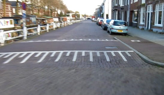 Leidseweg in 2010. The layout of the street had almost not changed since at least the 1950s. Although that speed hump was a far later addition.