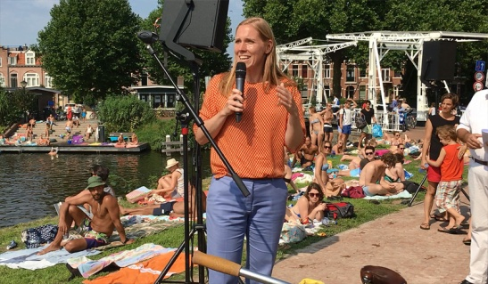 Alderman for traffic, Lot van Hooijdonk almost seems to hold her speech at a beach.