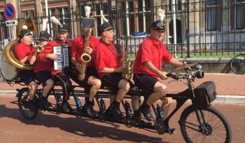 A band on a bike! The Fietsorkest from Brabant gave the afternoon a very festive atmosphere!