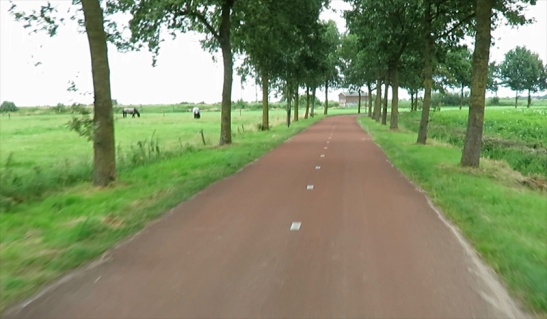 In my video of just one month ago there were no lines on the edge of this cycleway.