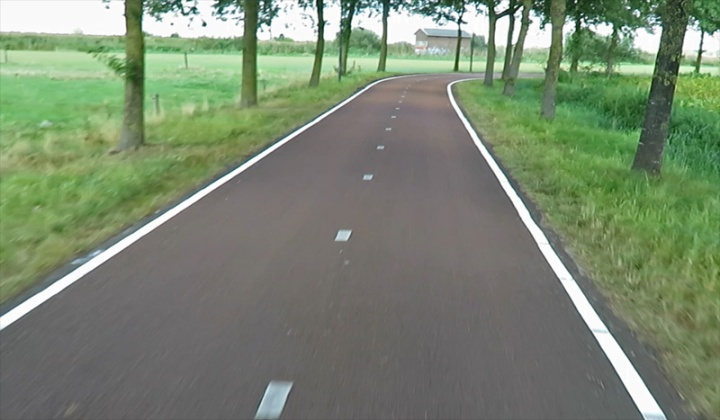 Just before the opening of the F59 cycle route this part got clear lines on the outer edge. Much better for the visiblity of the edge in the dark.