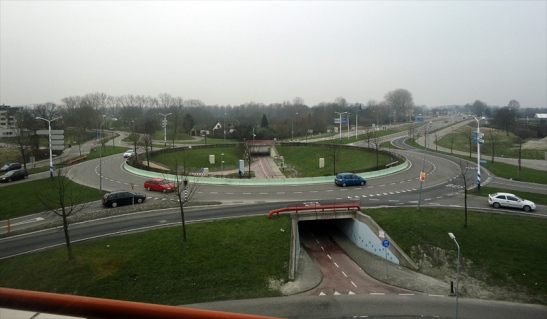 The raised roundabout for motortraffic at Tiendenplein in Goes, with the cycle underpasses. (picture Goes municipality)