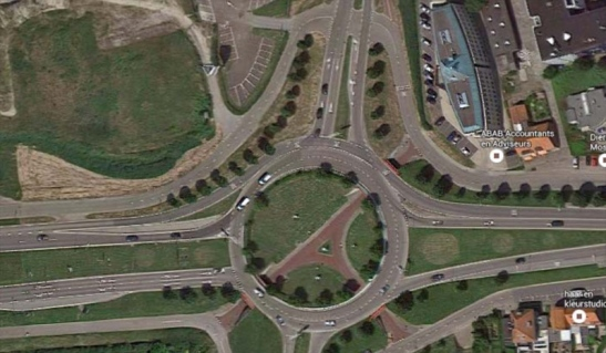 An aerial picture of the current Tiendenplein. A raised two-lane roundabout for motor traffic and a separate cycle network underneath it.