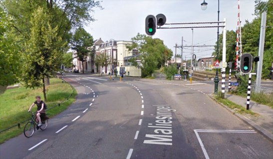 The signalised intersection in 2009 as it is shown in Google StreetView.