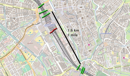 The railroad could not be crossed for a distance of 1.6 km or 1 mile on a bicycle. Pedestrians could use the station to cross the tracks. In red the new Moreelsebrug. (Map: Openstreetmap with my additions.)
