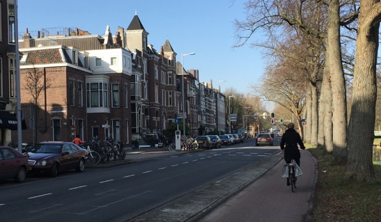 Catharijnesingel in 2017 with the traffic signals completely removed. People from the side street have more than enough opportunities to enter this main road. Signals are not necessary.